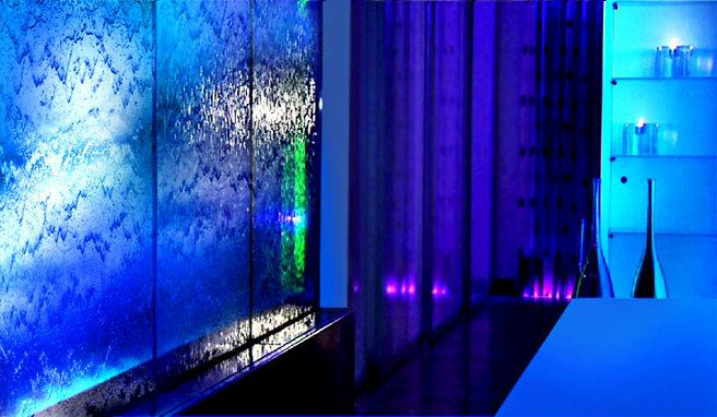 Водопады по стеклу в дизайне интерьера