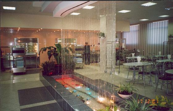 Капельный водопад в интерьере помещения