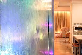 Водопады по стеклу в интерьере комнаты