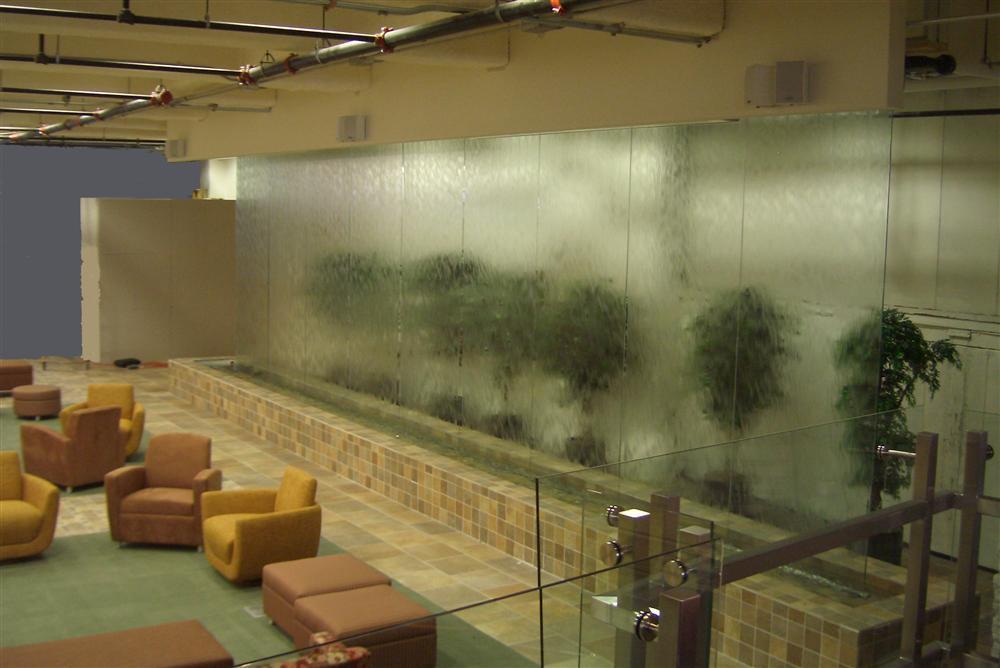 Водопады по стеклу в интерьере