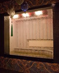 Водопад по стеклу в интерьере