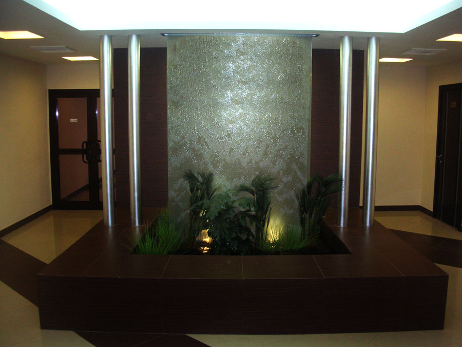 Интерьерные водопады по стеклу на заказ