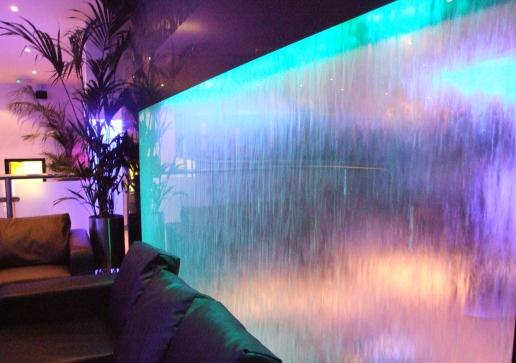 Водопады по стеклу в интерьере помещений в Одессе
