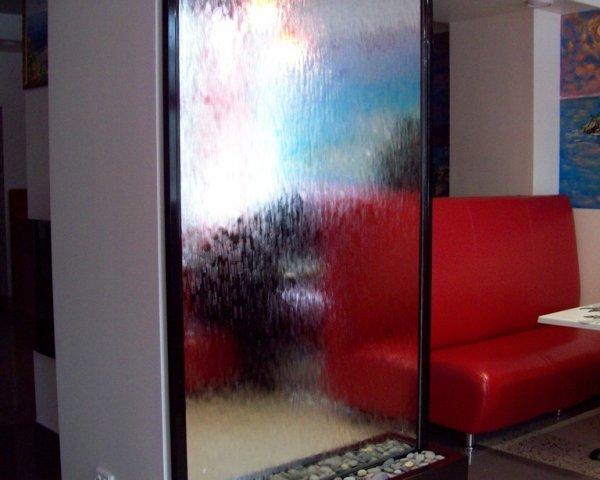 Водопад по стеклу в дизайне интерьера в Одессе