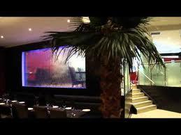 Декоративный водопад по стеклу в интерьере помещений