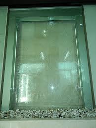 Водопады по стеклу в дизайне интерьеров