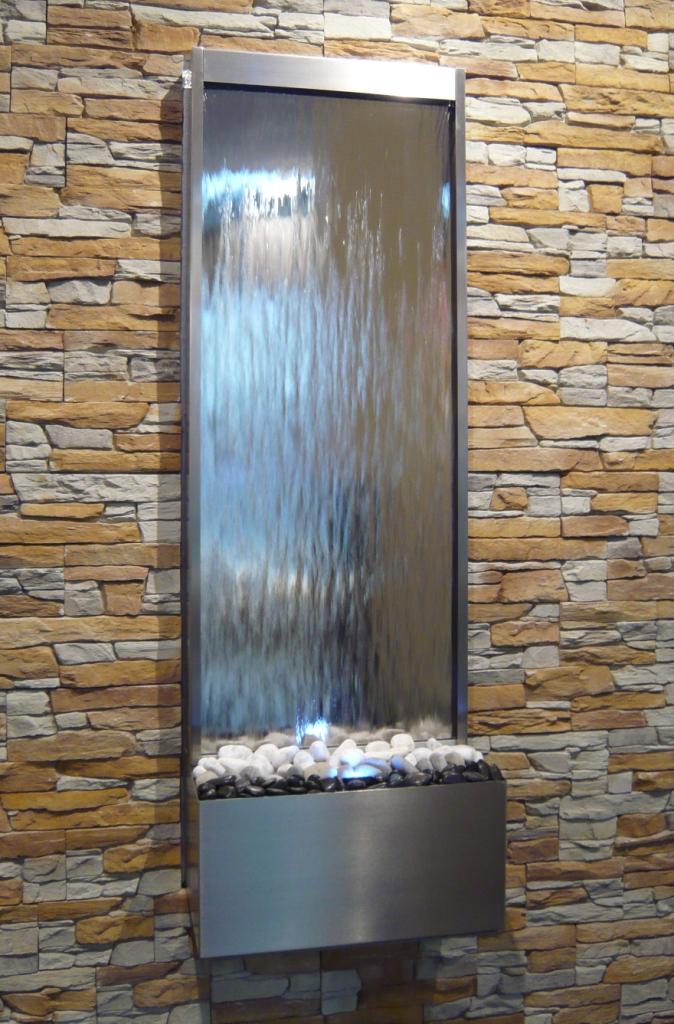 Водопад по стеклу в интерьере квартиры