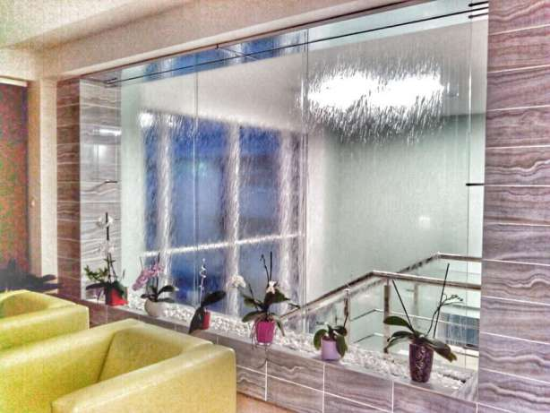Интерьерные водопады по стеклу и зеркалу