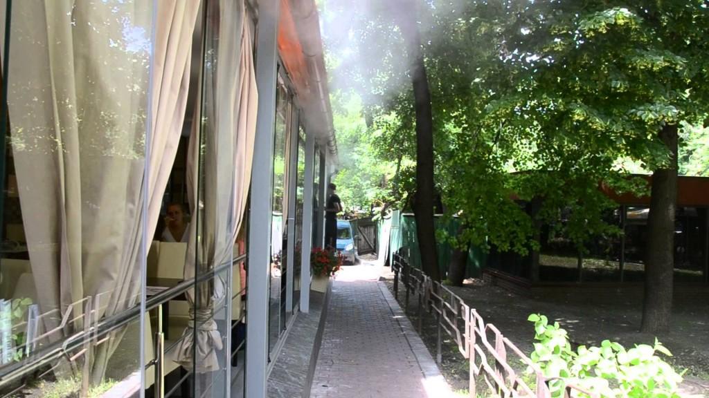 Охлаждение летних кафе с помощью искусственного тумана
